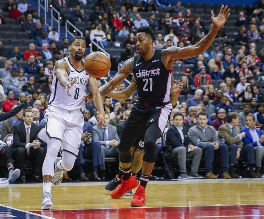 El escolta de los Nets de Brooklyn, Spencer Dinwiddie (i), en contra del jugador, Dwight Howard (d) de los Wizards de Washington durante la primera mitad del juego de baloncesto de la NBA. EFE