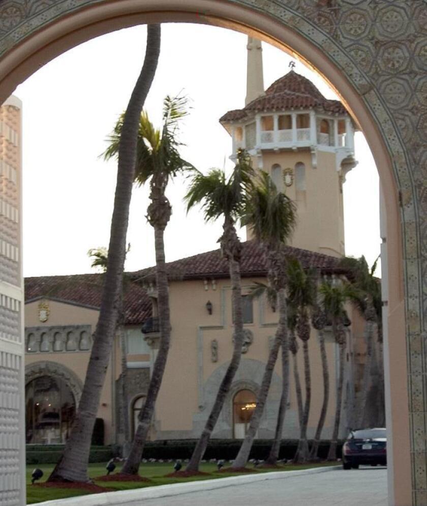 Fotografía de archivo del 21 de enero de 2005 del opulento club privado de recreo Mar-a-Lago del magnate inmobiliario Donald Trump que se perfila ya como la Casa Blanca de invierno del nuevo presidente en la soleada Florida, donde el republicano prosiguió por estos días navideños la selección de su gabinete. EFE/ARCHIVO