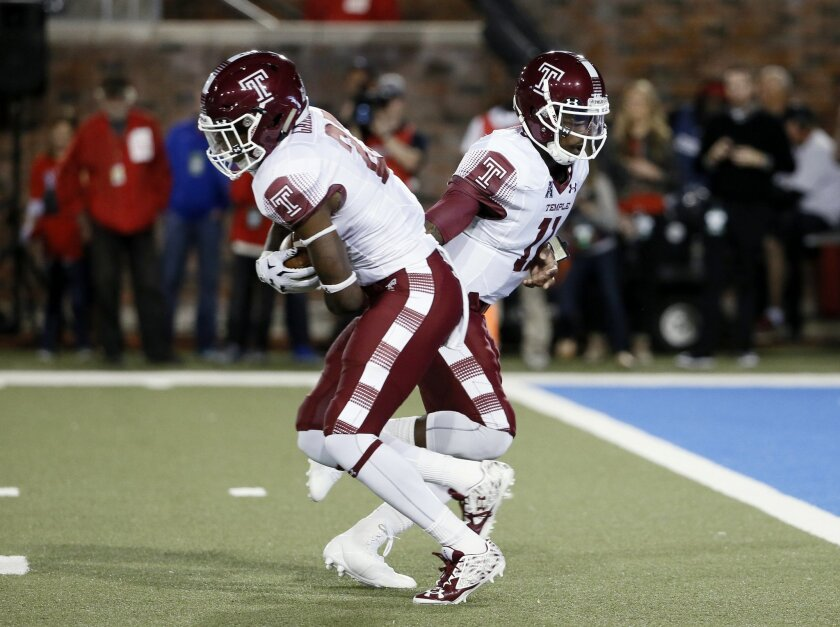 Temple running back Jager Gardner (27) takes the handoff from quarterback P.J. Walker (11) and runs the ball almost 94 yards for a touchdown against SMU in the first half of an NCAA college football game Friday, Nov. 6, 2015, in Dallas. (AP Photo/Tony Gutierrez)