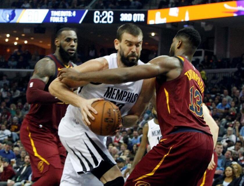 Marc Gasol (c) Memphis Grizzlies en acción contra Tristan Thompson (d) de Cleveland Cavaliers durante un partido de baloncesto de la NBA disputado en el FedEx Forum de Memphis (EE.UU.). EFE