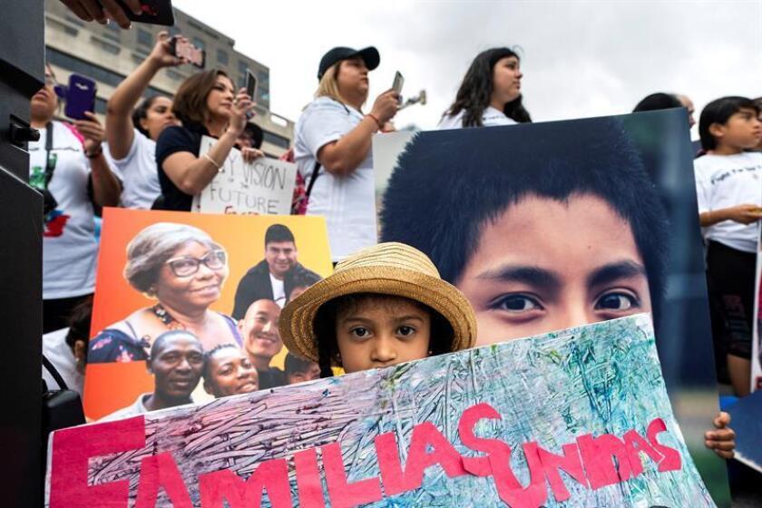 Varias personas participan en una manifestación contra la separación de familias inmigrantes en Washington D.C (Estados Unidos) hoy, 27 de junio del 2018. EFE