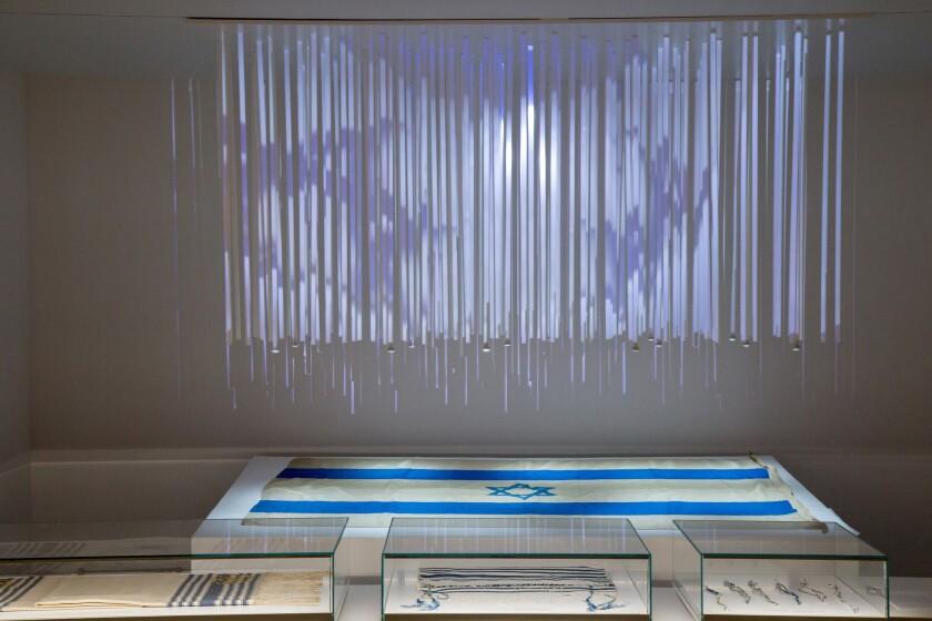 """La exhibición """"Out of the Blue"""" incluye la primera bandera israelí levantada en el Plaza de las Naciones Unidas en la ciudad de Nueva York. Dudi Saad."""