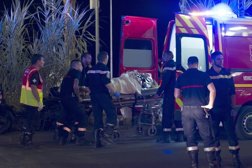 Heridos son evacuados del lugar en donde un camión chocó contra la multitud durante las celebraciones del Día de la Bastilla en Niza, Francia, 14 de julio de 2016. S EFE/OLIVIER ANRIGO
