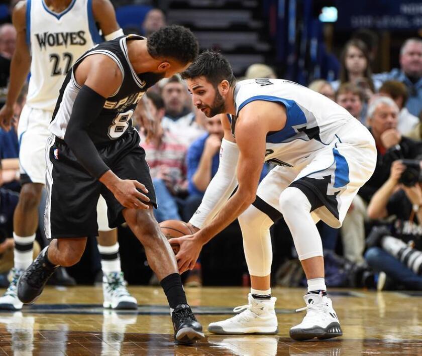 Ricky Rubio (d) de los Timberwolves disputa el balón con Patty Mills de los Spurs durante su partido de la NBA en el Target Center en Minneapolis, Minnesota (EE.UU.). EFE