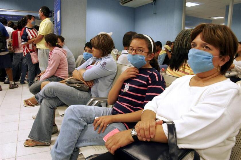 Vista de varias personas en la sala de espera de un hospital de México. EFE/Archivo