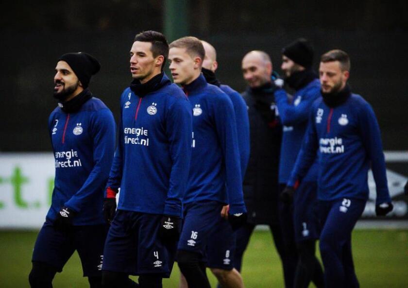 Los jugadores del PSV Eindhoven entrenan en la ciudad deportiva De Herdgang en Eindhoven, Holanda, en la víspera de su enfrentamiento al FC Barcelona en un partido de la fase de grupos de la Liga de Campeones. EFE