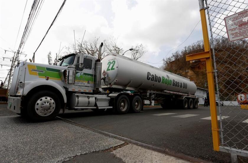 Camiones cisternas cargan gasolina en la terminal de combustible de Guaynabo, Puerto Rico. EFE/Archivo