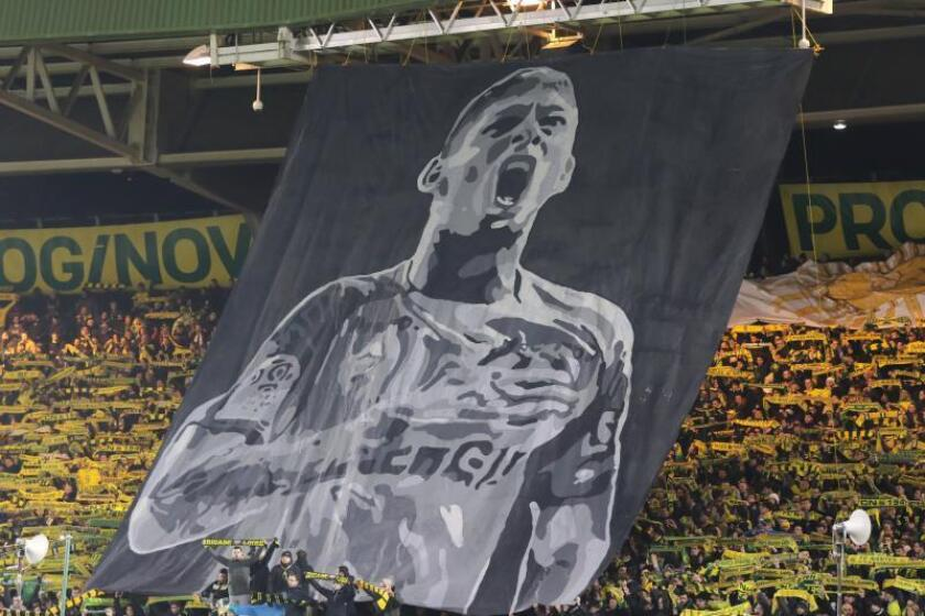 Hinchas rinden homenaje al futbolista argentino Emiliano Sala. EFE/Archivo