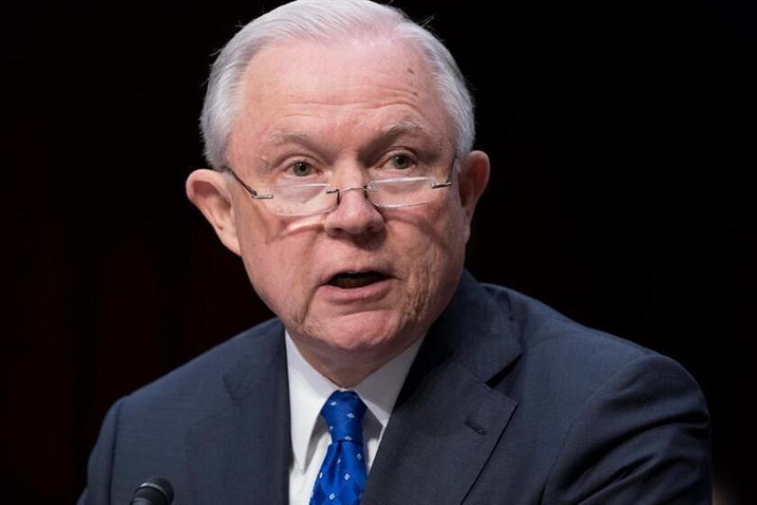 """El fiscal general, Jeff Sessions, afirmó hoy que se utilizarán """"todas las herramientas disponibles"""" para hacer frente al terrorismo y aseguró que se están investigando a """"centenares de personas"""" que llegaron al país como refugiados. EFE/EPA/ARCHIVO"""