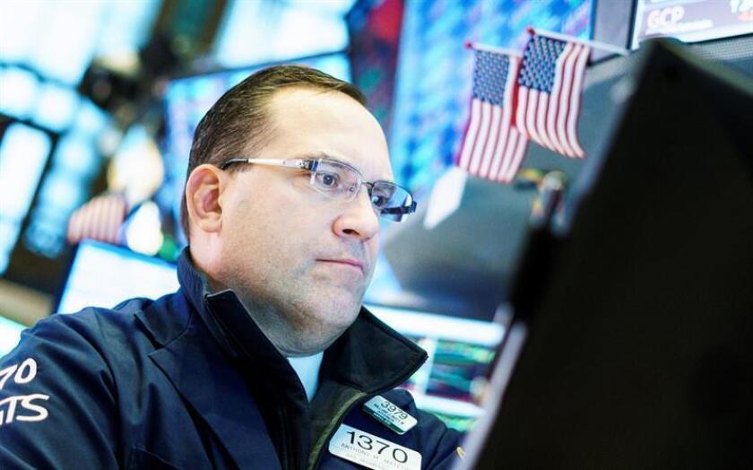 Agentes de Bolsa realizan su trabajo en el parqué de Nueva York, Estados Unidos. EFE/Archivo