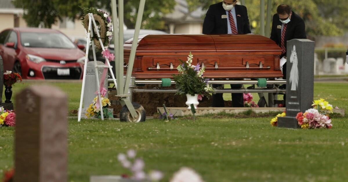 Dia punya coronavirus di pemakaman dan meninggal. Keluarganya merasa terhormat dengan drive-in layanan