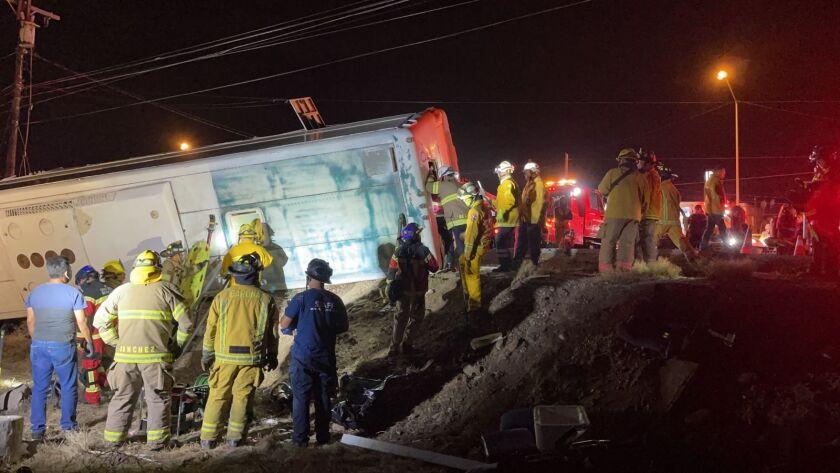Camión de pasajeros volcado.