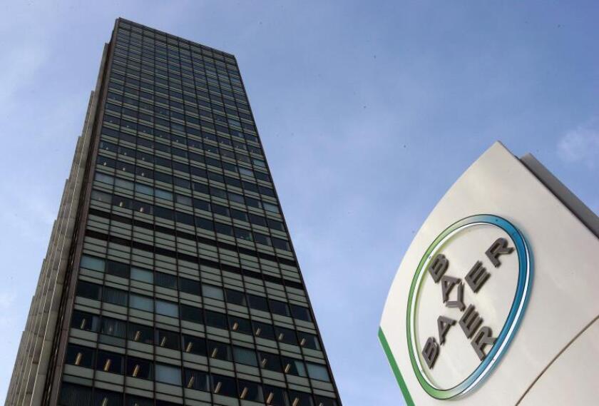Foto de archivo del logo del grupo químico y farmacéutico Bayer en la sede de la compañía en Leverkusen (Alemania). EFE/Archivo