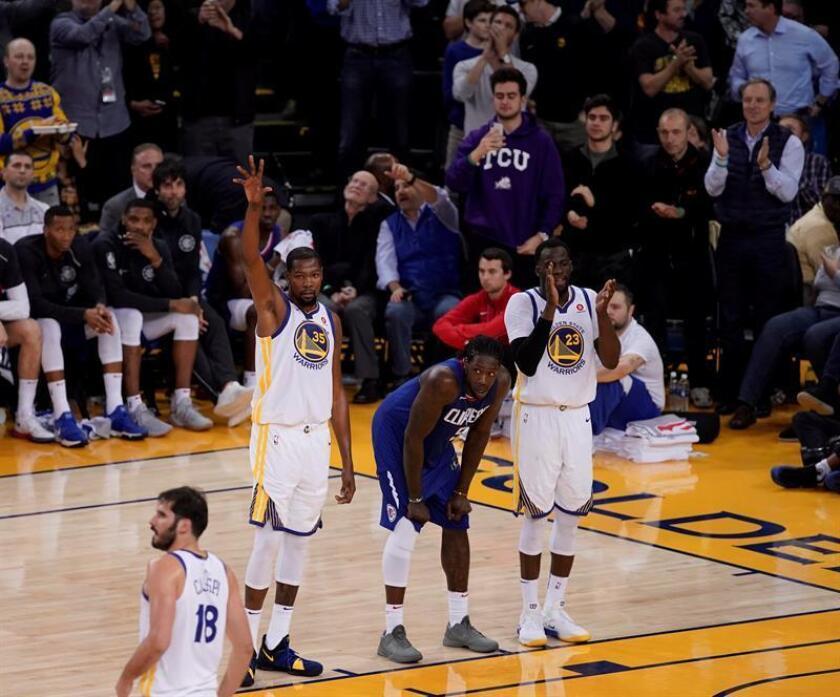 El jugador de los Warriors Kevin Durant (2i) celebra su canasta que supone los 20.000 puntos marcados en su carrera durante el partido de la NBA que enfrentó a Los Angeles Clippers y los Golden State Warriors en el Oracle Arena en Oakland, California (Estados Unidos). EFE