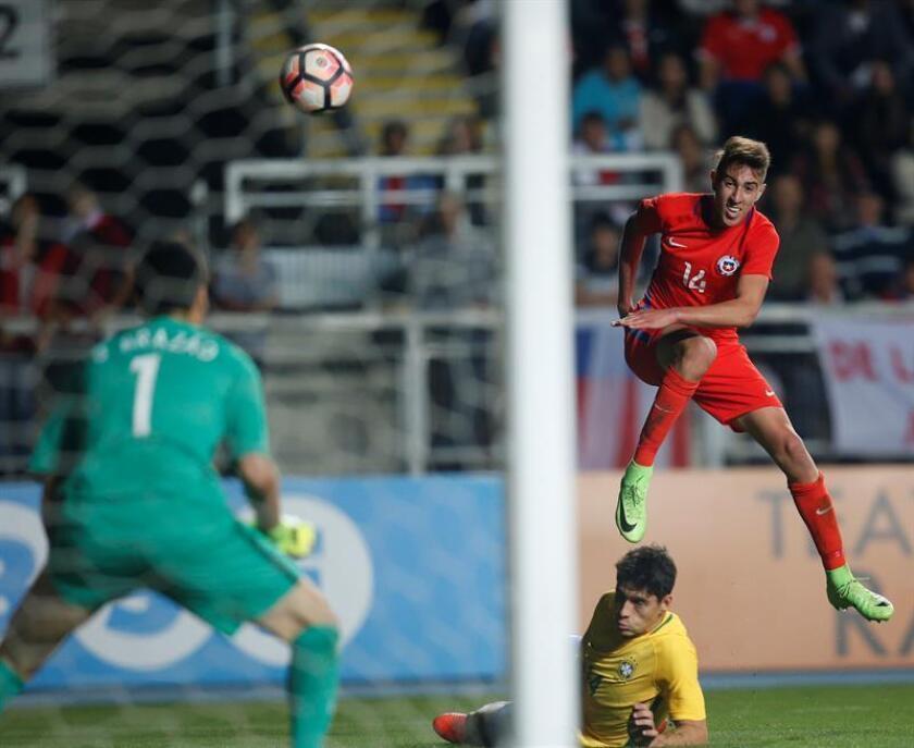 En la imagen, el jugador Diego Valencia (d) de Chile. EFE/Archivo