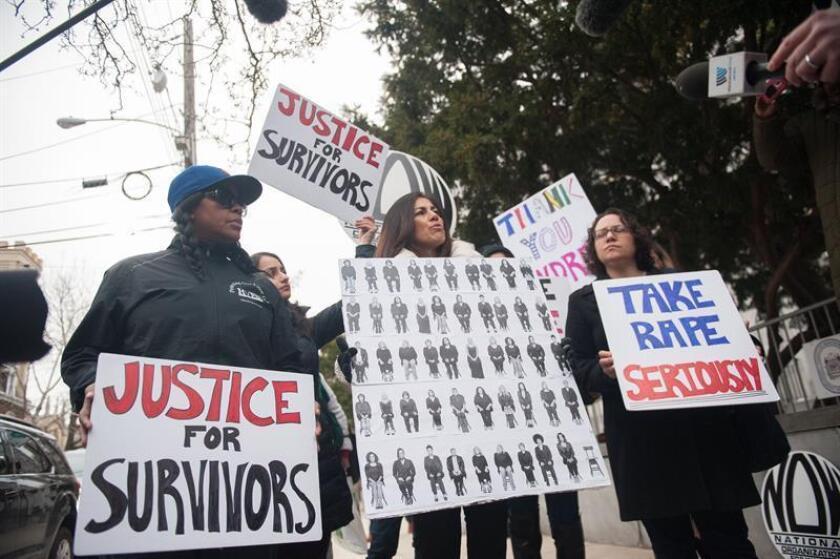 Varias personas protestan a la llegada del comediante estadounidense Bill Cosby (fuera de la imagen), en el juzgado de Montgomery, Norristown, Estados Unidos. EFE/Archivo