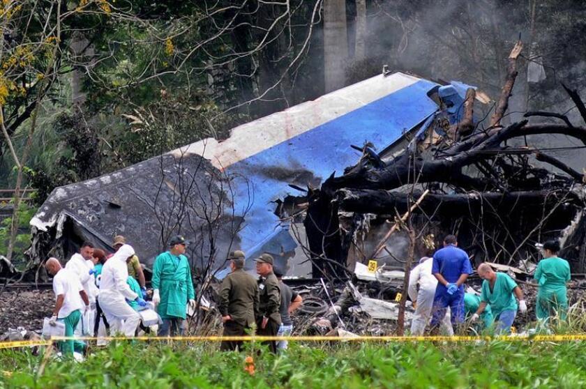 Fotografía de archivo donde se observan los restos del avión Boeing-737 de la aerolínea mexicana Global Air que se estrelló poco después de despegar del aeropuerto José Martí de La Habana (Cuba).