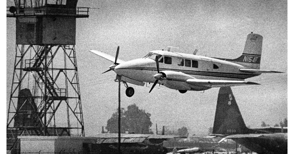 Dari Archives: pendaratan Darurat di Bandara Van Nuys