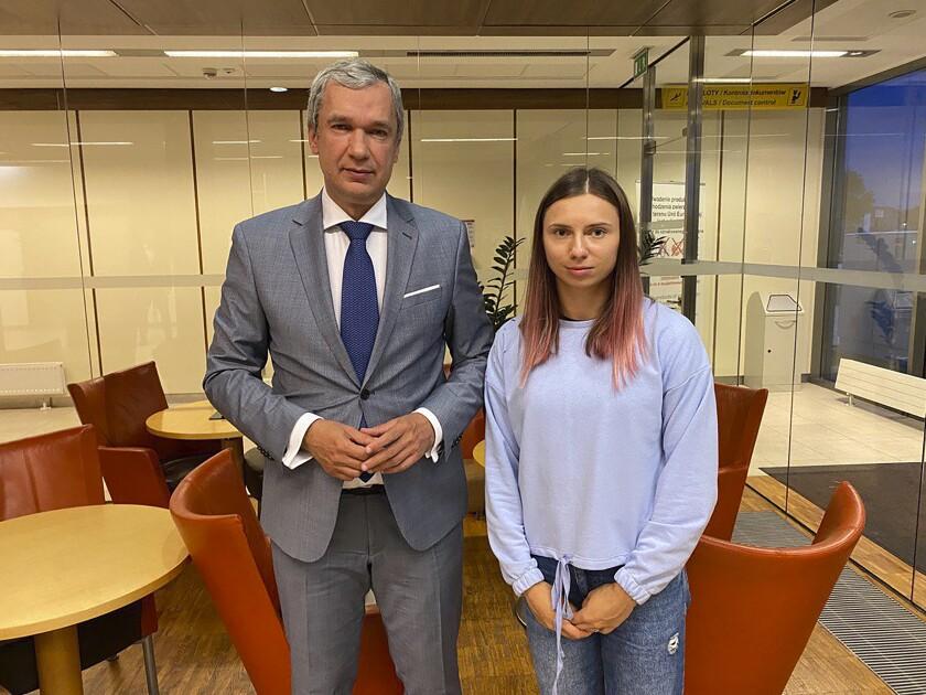 En esta foto tomada el miércoles 4 de agosto de 2021 y proporcionada por la organización National Anti-crisis Management, la velocista bielorrusa Krystsina Tsimanouskaya posa con Pavel Latushko, el principal disidente de su país en Polonia (National Anti-crisis Management via AP)