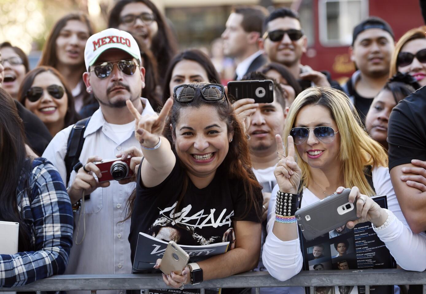 Admiradores de Maná durante la ceremonia de develación de la estrella de la banda mexicana en el Paseo de la Fama de Hollywood. (Foto por Chris Pizzello/Invision/AP)