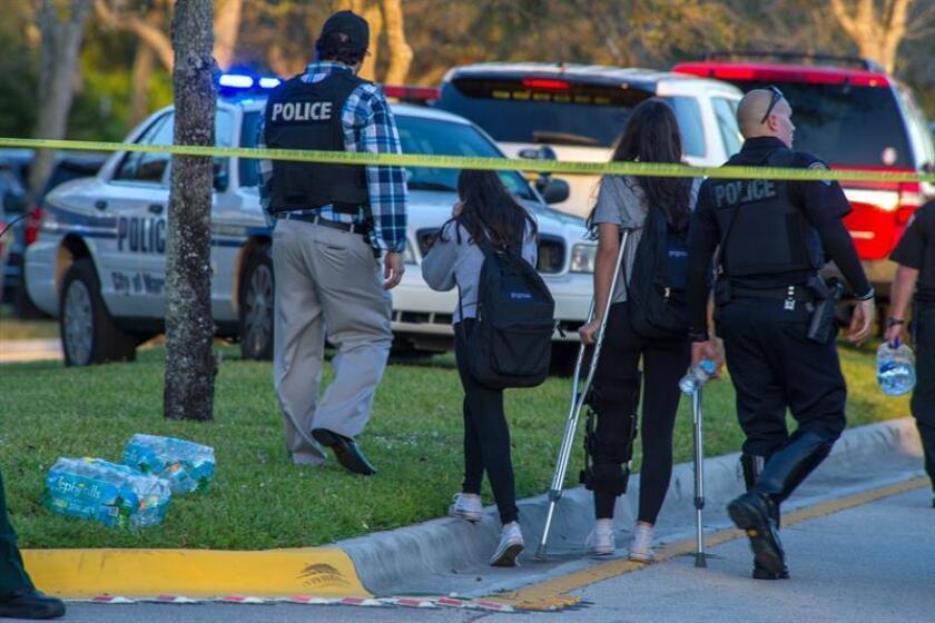 Miembros del personal de emergencias ayudan a varios estudiantes el miércoles 14 de febrero de 2018, en el lugar del tiroteo registrado en la escuela secundaria Marjory Stoneman Douglas de la ciudad de Parkland, en el sureste de Florida (Estados Unidos). EFE/Archivo