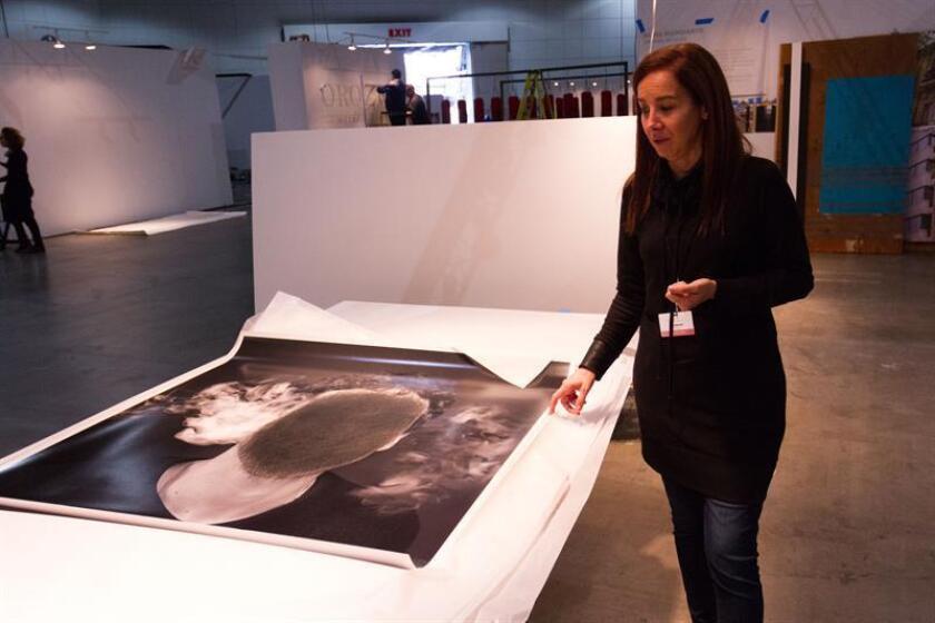 """La artista argentina Nuna Mangiante ultima los detalles de la instalación de su obra """"Aporías Moviles"""" durante los últimos preparativos en el Aréa Latinoamericana de Los Ángeles Art Show este 9 de enero de 2018, en Los Ángeles (EE.UU.). EFE"""