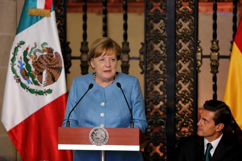 La canciller de Alemania, Angela Merkel (i), habla acompañada del presidente de México, Enrique Peña Nieto (d), durante una cena de Estado. EFE/Archivo