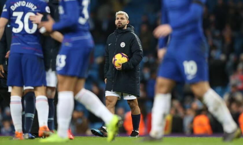El delantero del Manchester City Sergio Agüero se lleva el balón tras marcar tres goles de los seis que le endosó su equipo al Chelsea en el Etihad Stadium de Manchester, Reino Unido. EFE/EPA