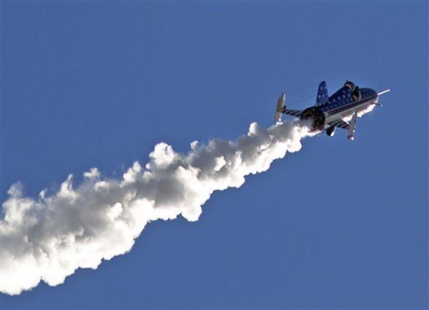 """El acróbata Eddie Braun vuela a bordo del cohete """"Evel Spirit"""" el viernes 16 de septiembre de 2016 sobre el cañón Snake River en Twin Falls, Idaho."""