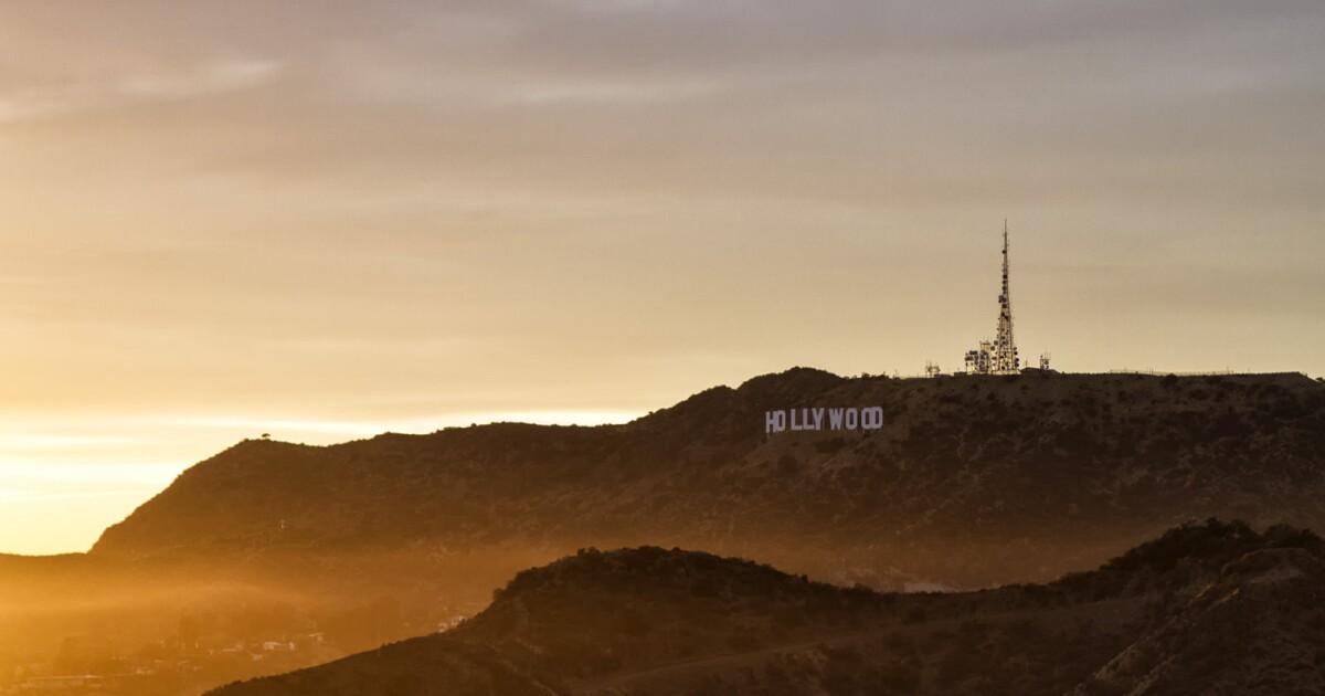 Τραυματίες πεζοπόρος με ελικόπτερο από ελικόπτερο μετά από 15-πόδι πτώσης κοντά σε Hollywood σημάδι