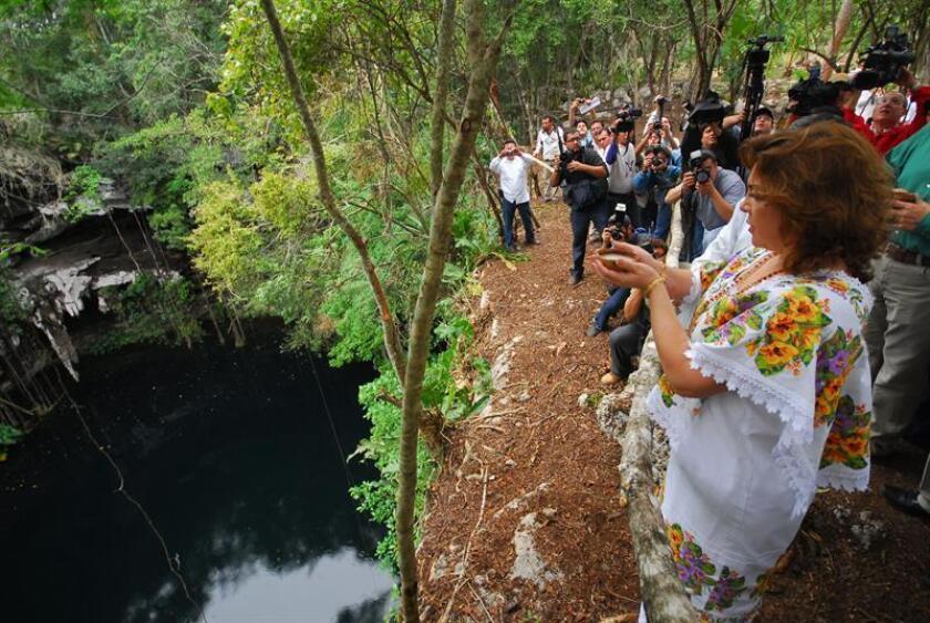 La exgobernadora del estado mexicano de Yucatán, Ivonne Ortega, el lunes 21 de diciembre de 2009, en el inicio de la construcción de El Palacio de la Civilización Maya, un enorme museo que divulgará los secretos de la cultura maya, y que será edificado en la población de Yaxcaba (México). EFE/Archivo