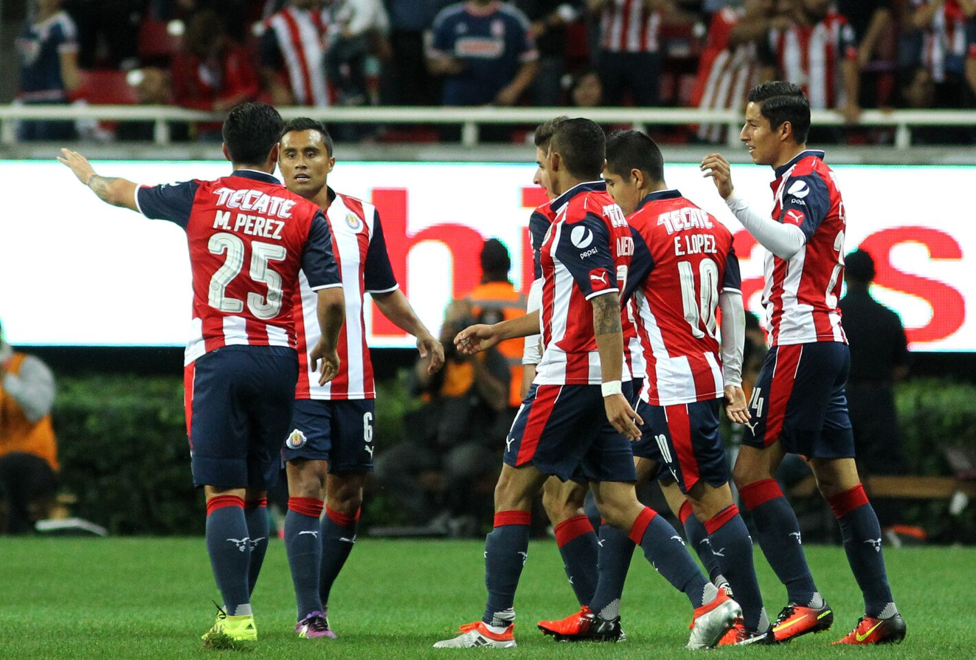 Jugadores de Chivas celebran tras consumar el triunfo sobre Jaguares, en Guadalajara, México.