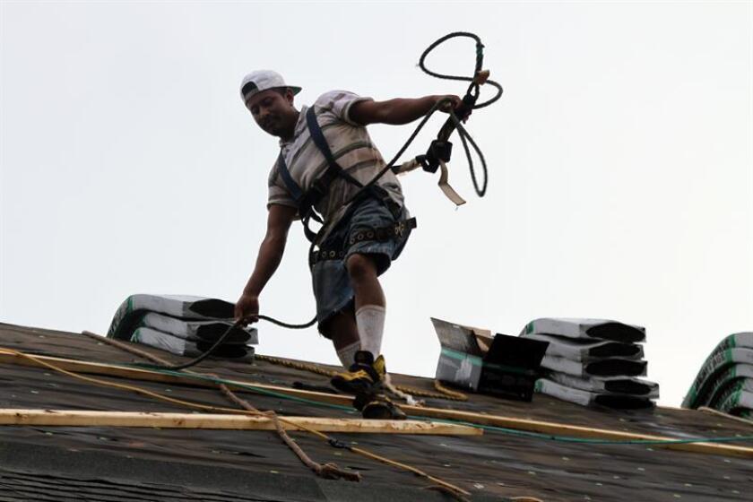 Fotografía de trabajadores hispanos en una construcción en EEUU. EFE/Archivo