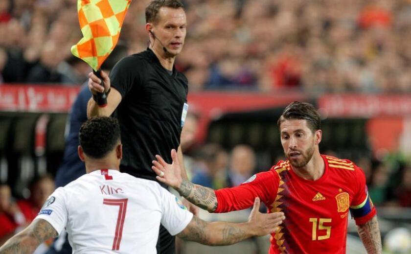 El delantero internacional noruego Joshua King saluda al central español Sergio Ramos, ayer. EFE