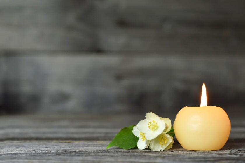 Condolencias, vela y flor