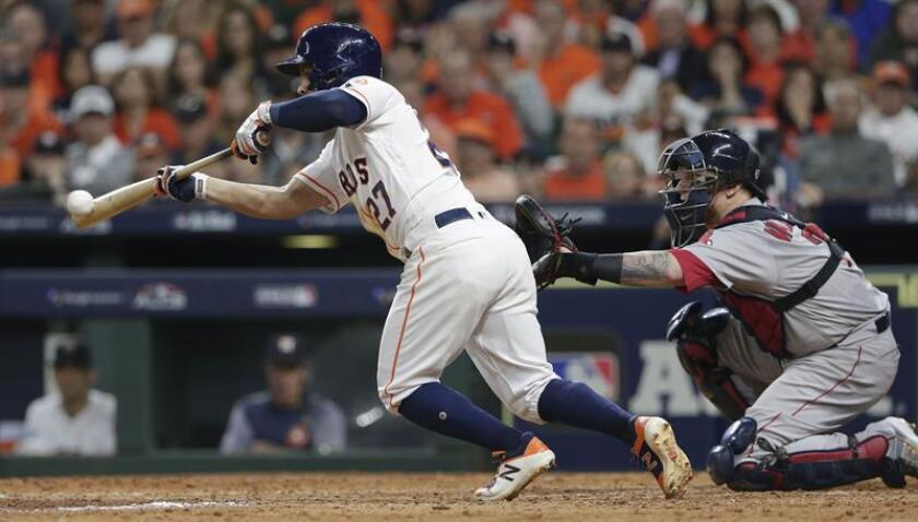 El bateador de los Houston Astros, José Altuve, pega un toque sencillo contra los Medias Rojas de Boston durante el juego tres de la Serie de Campeonato de la Liga Americana en el Minute Maid Park en Houston, Texas, EE. UU. ayer. EFE