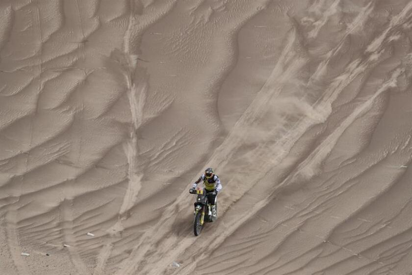 El piloto chileno Pablo Quintanilla (Husqvarna) corre la sexta etapa del Rally Dakar 2019 entre Arequipa y San Juan de Marcona (Perú). EFE