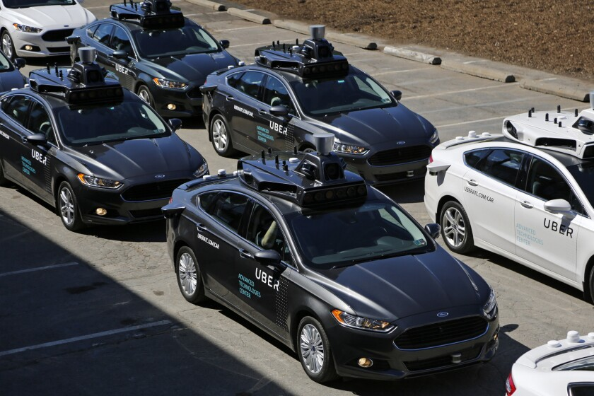 Un grupo de vehículos autónomos de Uber se preparan para llevar a periodistas en recorridos durante una previa para la prensa en el Centro de Tecnologías Avanzadas de Uber en Pittsburgh. (AP Foto/Gene J. Puskar)