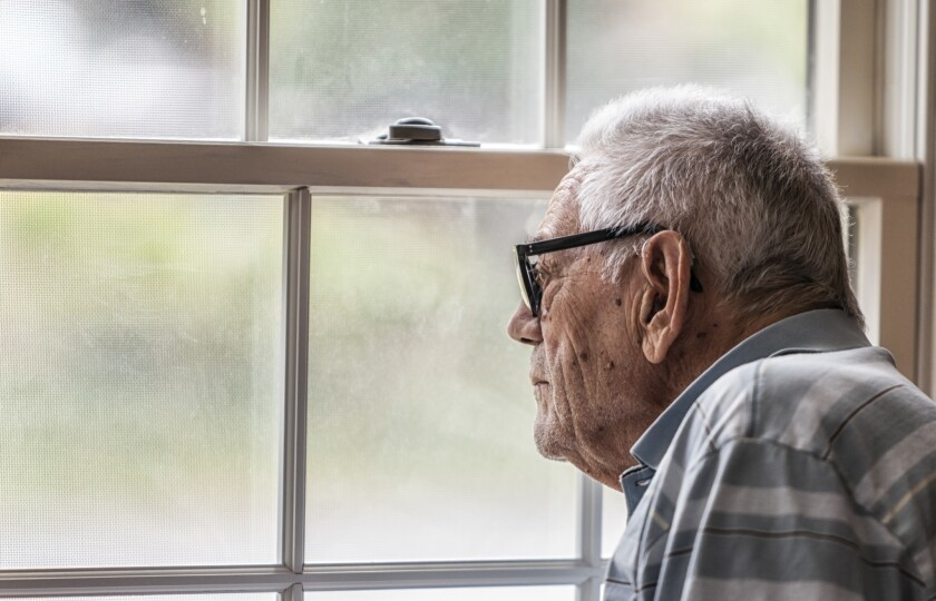 Se recomienda que los adultos mayores hagan un balance mental de hasta qué punto se sienten solos o socialmente aislados.