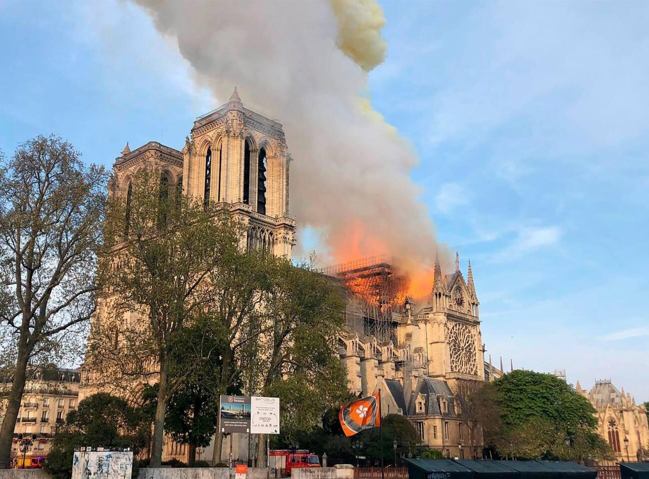 Un incendio estalló en la Catedral de Notre Dame en París, causando el derrumbe de la aguja, y despidiendo columnas de humo y cenizas sobre los turistas alrededor. Ardió todo el interior de madera del lugar.