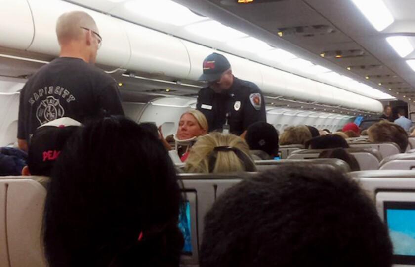El vuelo JetBlue 429 viajaba de Boston a Sacramento, California, cuando debió ser desviado a Dakota del Sur debido a una fuerte turbulencia que dejó más de 20 heridos. (Rhonda Lynam vía AP)