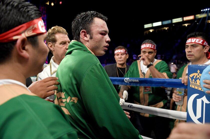 Chávez Jr. reacciona ante la derrota.
