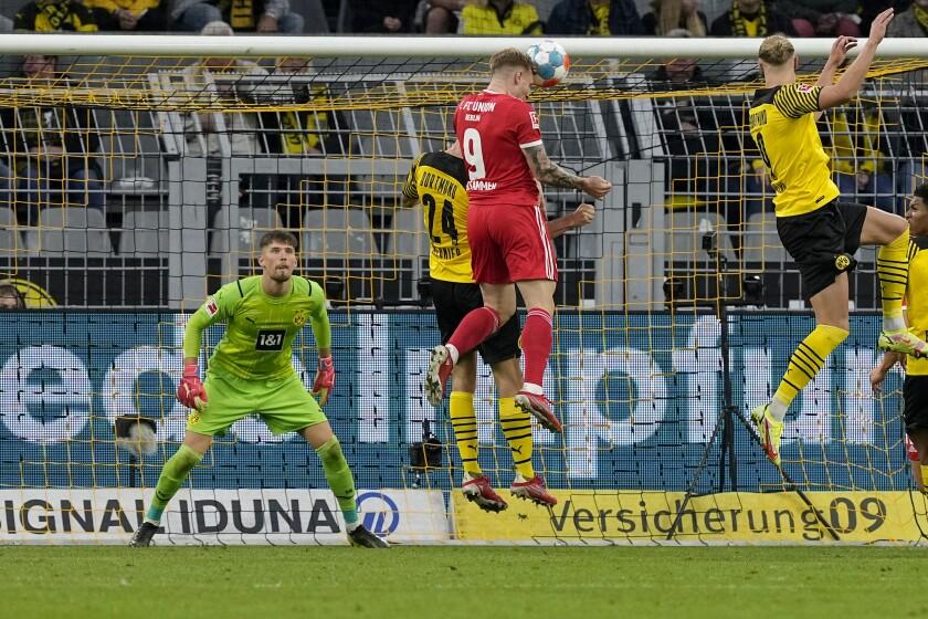 Andreas Voglsammer (9) anota de cabeza el segundo gol de Union Berlín contra Borussia de Dortmund el 19 de septiembre del 2021 en Dortmund, en un partido que Borussia ganó 4-2. La defensa sigue siendo el talón de Aquiles de Dortmund. (AP Photo/Martin Meissner)