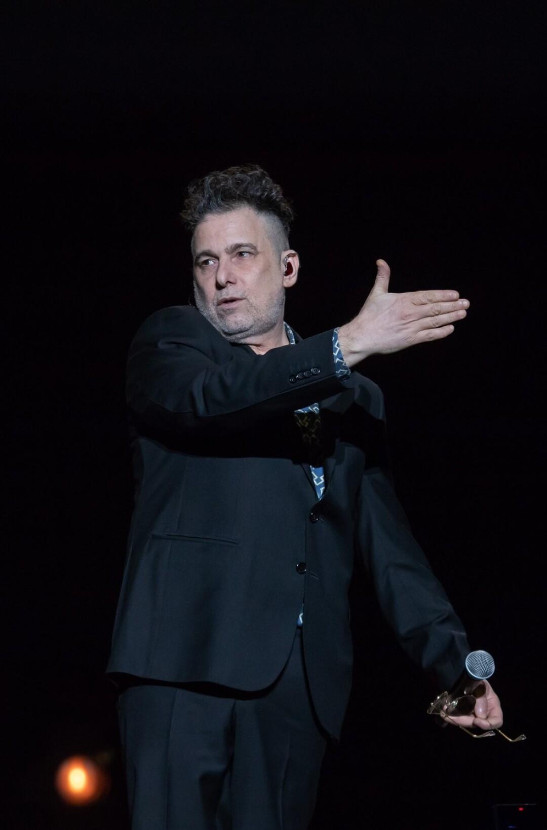 Calamaro during one of his live performances.
