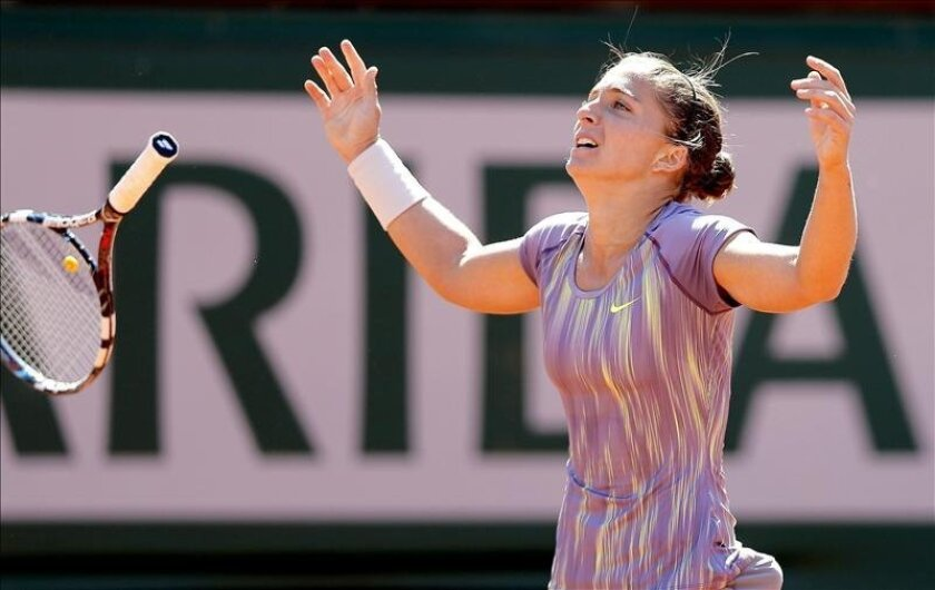 La tenista italiana Sara Errani celebra la victoria conseguida frente a la polaca Agnieszka Radwanska. EFE