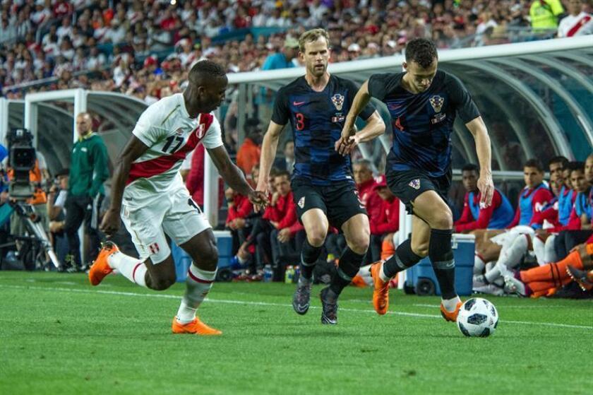 Luis Advincula (i) de Perú disputa el balón con Iván Strinic (d) de Croacia hoy, viernes 23 de marzo de 2018, durante un partido amistoso en el estadio Hard Rock de Miami, Florida (EE.UU.). EFE