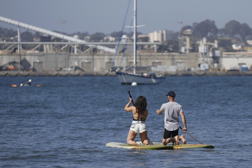 Blind Daters Kyle and Alyssa on stand-up paddle boards