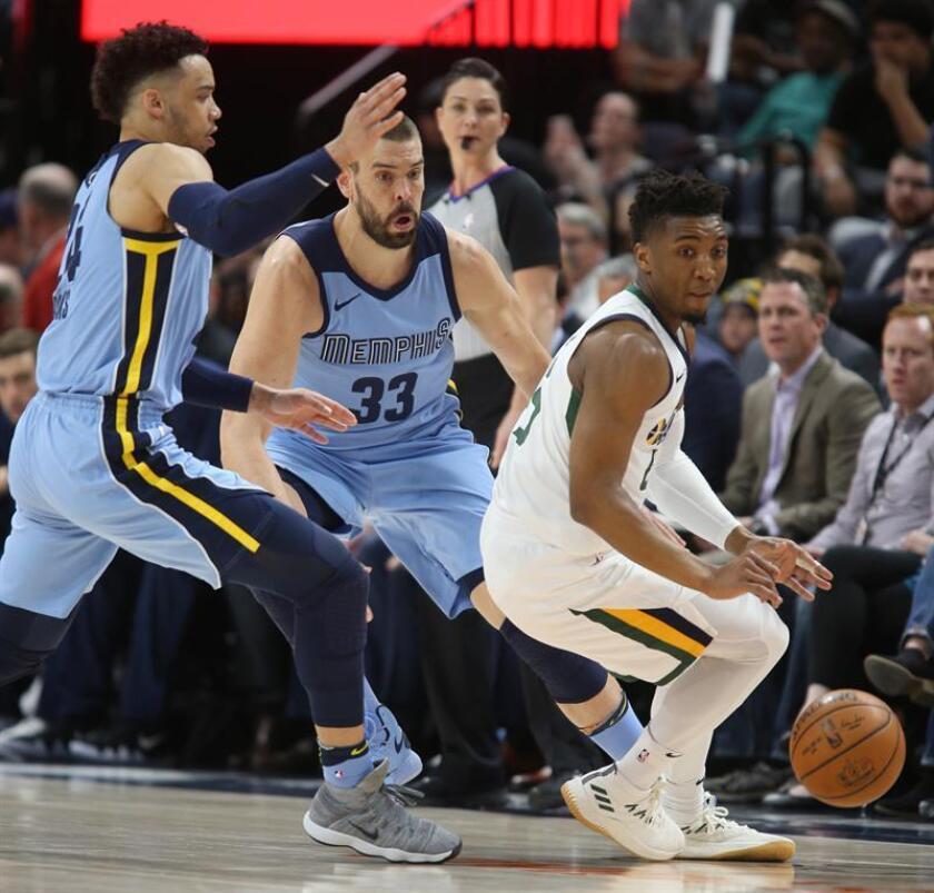 Dillon Brooks (i) y Marc Gasol (c) de los Memphis Grizzlies disputan un balón con Donovan Mitchell (d) de Utah Jazz hoy, viernes 30 de marzo de 2018, durante un partido de la NBA, entre los Utah Jazz y los Memphis Grizzlies, en el Energy Solutions Arena, en Salt Lake City (EE.UU.). EFE
