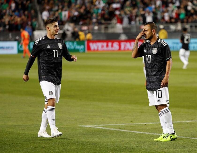 Luis Montes (dcha) de México reacciona, acompañado de su compañero Isaac Brizuela (izq), tras anotar ante Paraguay durante el partido amistoso internacional entre México y Paraguay disputado este martes en el Levi's Stadium de Santa Clara (EE.UU.). EFE