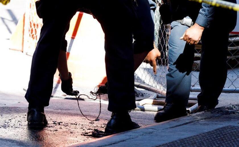 Agentes de la policía de Nueva York investigan cables que los bomberos encontraron en un contenedor de basura ardiendo en Nueva York, Estados Unidos, hoy, 25 de octubre de 2018. EFE